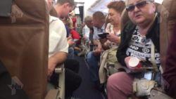 Rus draait volledig door in vliegtuig, probeert medepassagier te wurgen en overlijdt kort na landing