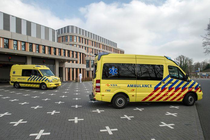 Vanuit het amphia molengracht worden 5 corona-patienten naar andere ziekenhuizen in het land verplaatst om de ic-afdeling enigszins te ontlasten. daarvoor worden twee speciale ambulances ingezet.