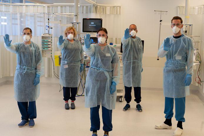 Het ziekenhuis herhaalt de dringende oproep om ook binnen de muren van het ziekenhuis anderhalve meter afstand van elkaar te bewaren.