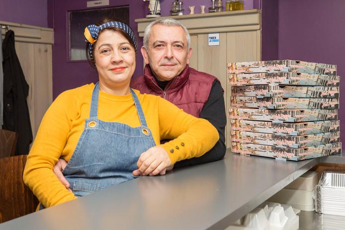 Ali Kivrak en zijn vrouw Gulcan in de pizzeria in Sint-Maartensdijk.