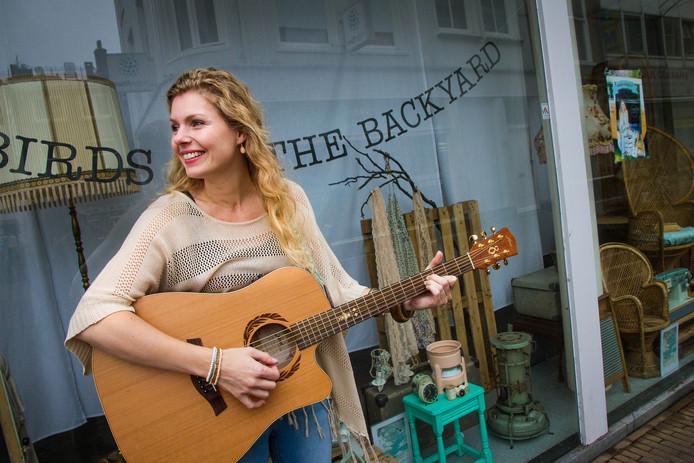 Webshops die de stap maken naar een echte winkel in Dordrecht. Op de foto: Claire Schuyff voor haar etalage van Bluebirds in the Backyard op de Voorstraat.