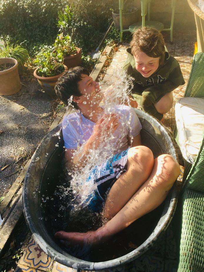 """Geen zwembad? Geen probleem: een oud wasteiltje van oma is net zo verfrissend. ,,In dat teiltje heb ik zelf nog gebadderd"""", zegt oma Anne van den Bliek. Brahim (13) van den Bliek en schoolvriendin Lisa (12) uit Geertruidenberg sprongen er met kleding en al in. Brahim logeert bij oma in Chaam, omdat zijn moeder in de zorg werkt."""