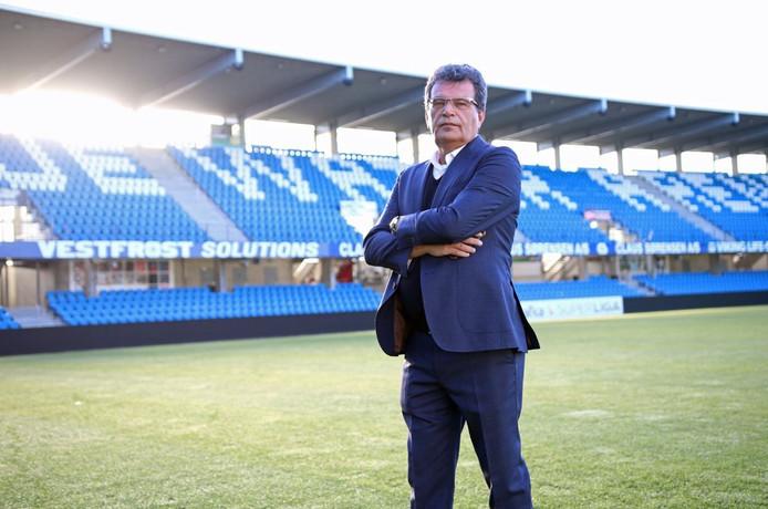 Ted van Leeuwen in het stadion van zijn nieuwe club. Foto: Twitter/Esbjerg fB