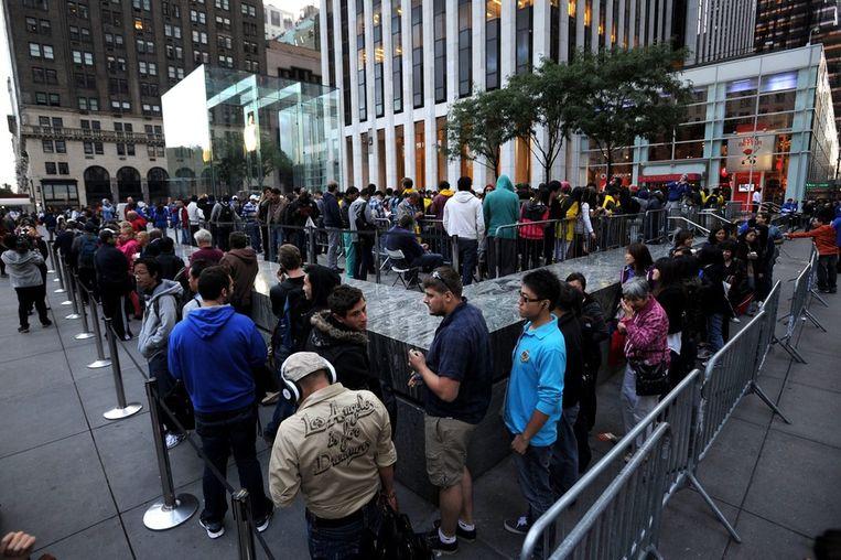 Mensen in de rij voor een Apple Store in New York. Beeld epa