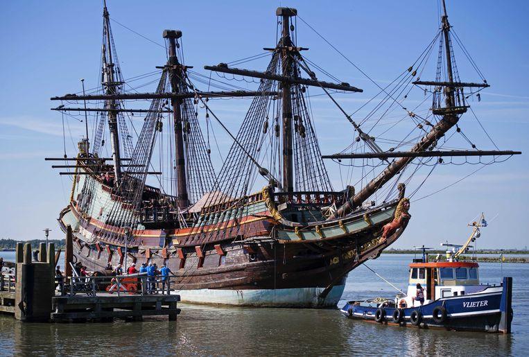 De replica van VOC-schip De Batavia op weg naar groot onderhoud.  Beeld ANP