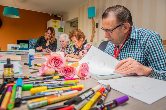 Extreem Demente ouderen knutselen om herinneringen op te halen: 'In het &KB95