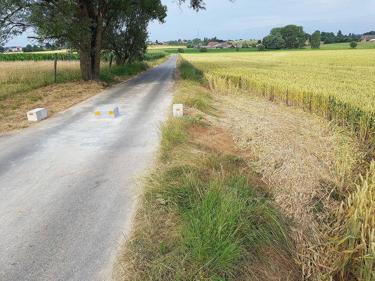De tractorsluis in de Kiethomstraat op de grens met Halle en Beert wordt al omzeild... door een ommetje in het veld.