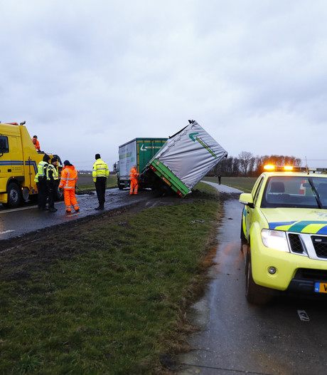 Elburgerweg weer open na oplegger die weg blokkeerde