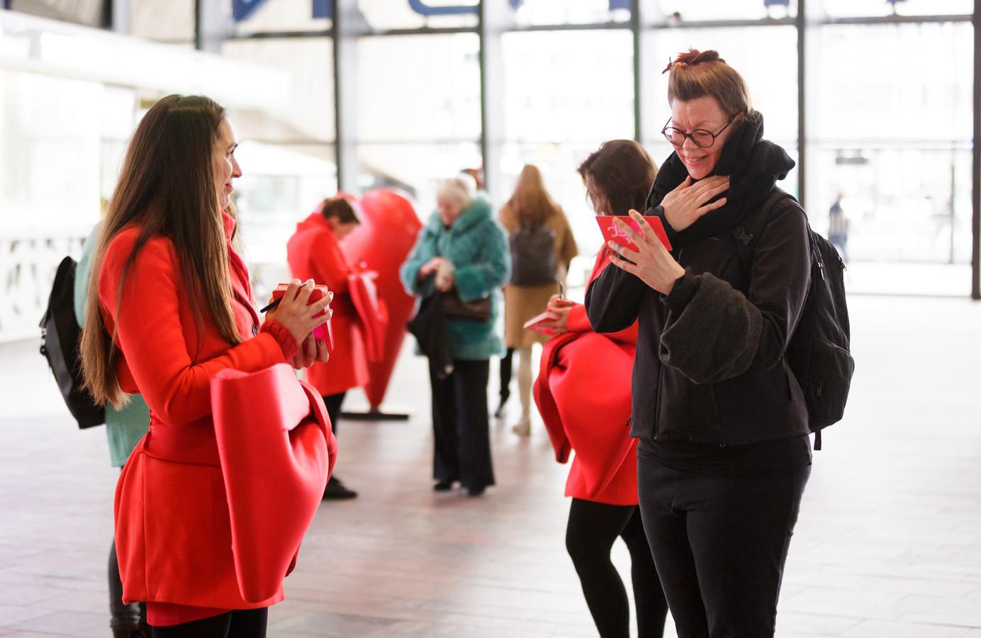 Honderden bezoekers van het Centraal Station in Rotterdam ontvingen vandaag een handgeschreven compliment.