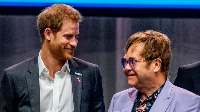 """Wist Elton John voor de koningin van Megxit? """"Hij is een soort moederfiguur voor hen"""""""