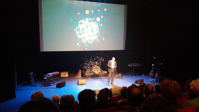 Theaterdirecteur Coen Bais presenteert het nieuwe programma in de Rabozaal van de Lievekamp.