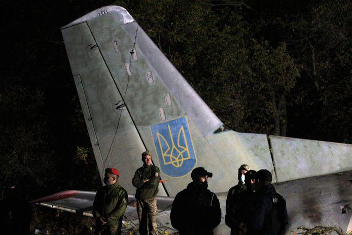 Reddingswerkers bij het wrak van het neergestorte vliegtuig.