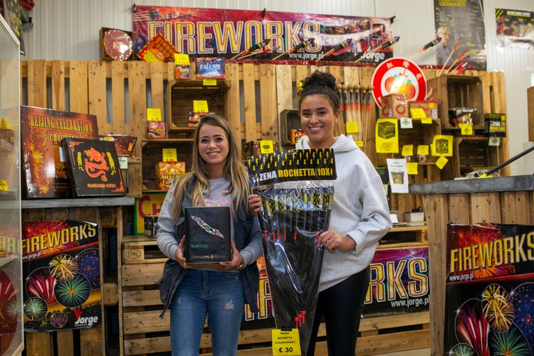 Yasmine en Imke van Tuincentrum Moerkant in Essen verkopen nog steeds veel vuurwerk aan Nederlanders, ondanks de verstrengde wetgeving.