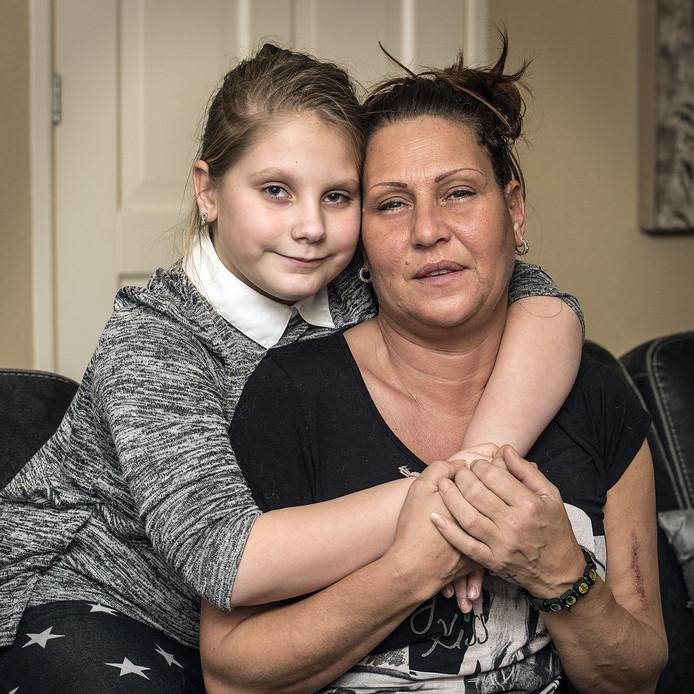 breda-foto : ron magielse donita vissers ( 9 ) heeft oproep op facebook geplaatst om een nieuwe nier voor haar moeder cindy schaerlackens