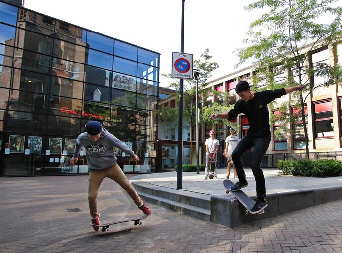 Skaters Steven (links) en Bas maken hun moves in de Binnentuin bij de bioscoop. Ze werken nu mee aan een nieuwe baan waar ze hun stunts kunnen uitvoeren.