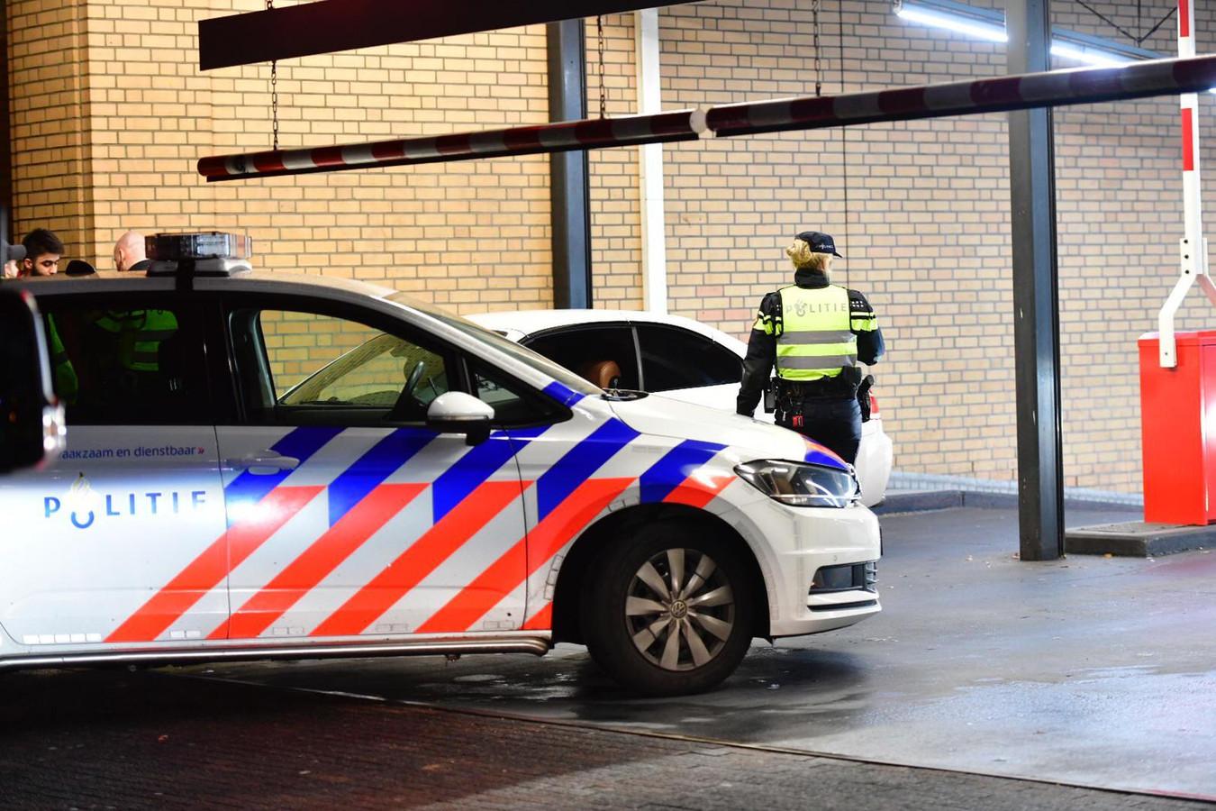 De eerste auto die op nieuwjaarsdag de parkeergarage bij de Heuvel uitkwam, bleek die van de verdachten van een bloedige vechtpartij.