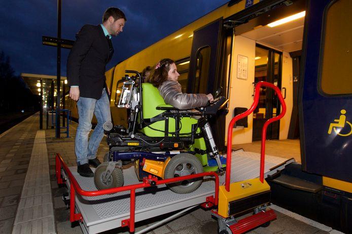Sanne Dasselaar stapt in de trein op het station in haar woonplaats Raalte. Hier kwam de instaphulp in 2015 beschikbaar