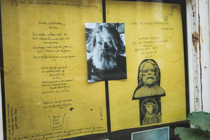 In de plaats van de dierenrechten-slogans, hangen er nu foto's van en brieven over Hendrik