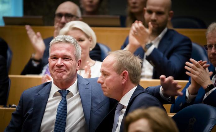 Oud-SGP-Kamerlid Elbert Dijkgraaf met zijn partijleider Kees van der Staaij (SGP) tijdens zijn afscheid van de Tweede Kamer.