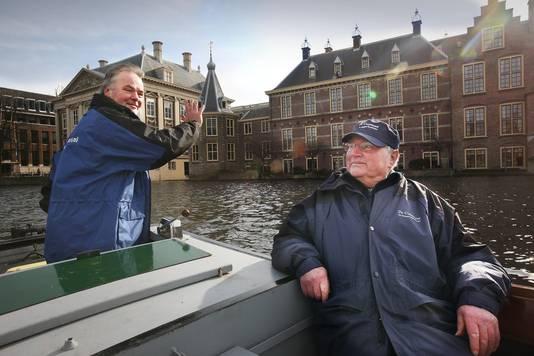 Peter Duivesteijn (links) van rondvaartorganisatie De Ooievaart.
