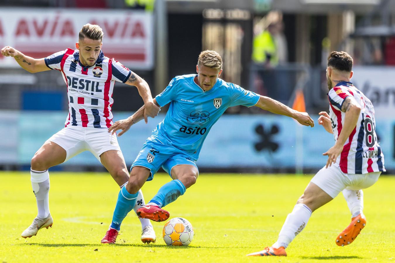 Donis Avdijaj en Pol Llonch maken het Heracles-speler Alexander Merkel lastig in de met 5-0 gewonnen thuiswedstrijd.