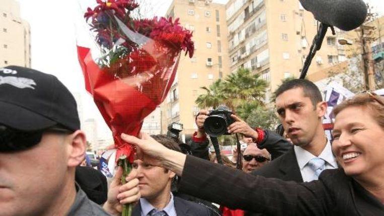 Tzipi Livni ontvangt bloemen van een aanhanger. (EPA) Beeld