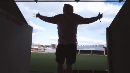 YouTubers trekken naar aftands stadion waar voetbalclub ruim 10 jaar geleden vertrok en stuiten er op perfecte grasmat