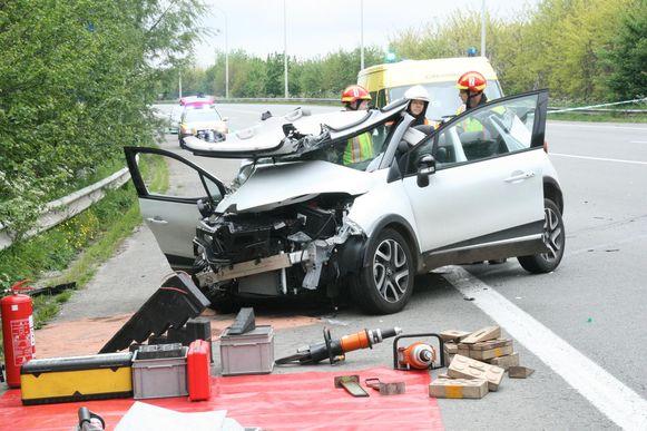 De ene wagen belandde in de struiken, de andere auto bleef zwaar gehavend op de weg.