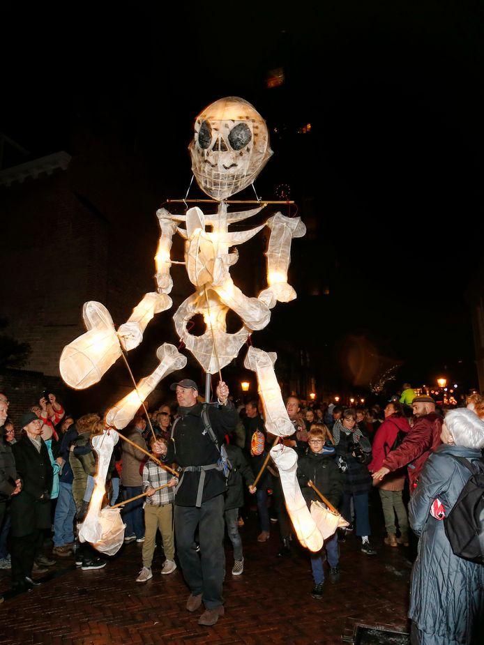 Is het nu halloween of Sint-Maarten? Met dit verlicht skelet lijkt een tussenvorm te zijn gevonden.