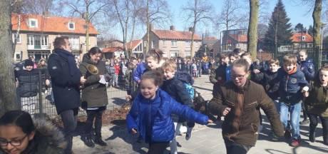 Kinderen van basisschool Aventurijn Uden starten de dag met Daily Mile