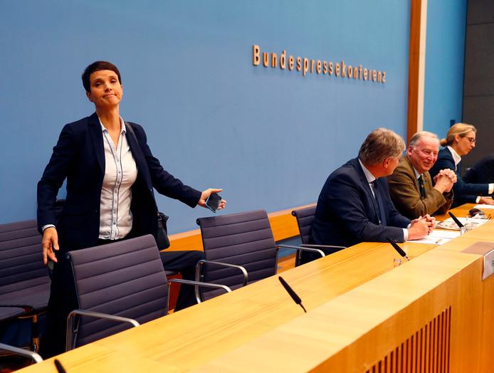 Frauke Petry verlaat de zaal, wat haar niet in dank werd afgenomen