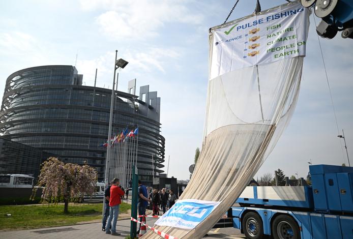 Nederlandse vissers protesteren voor het Europees Parlement tegen het verbod op de pulsvisserij.
