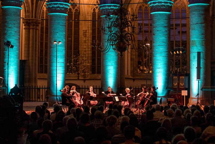 Het Cello Octet in de Grote Kerk. Dit jaar brengen de cellisten kamermuziek in combinatie met danstheater.