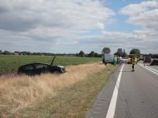 Bestelbus botst op auto's op N48 tussen Balkbrug en Ommen