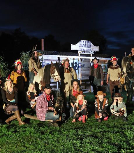 Cowboys tegen indianen langs fraai verlichte dijk bij Ruurlo