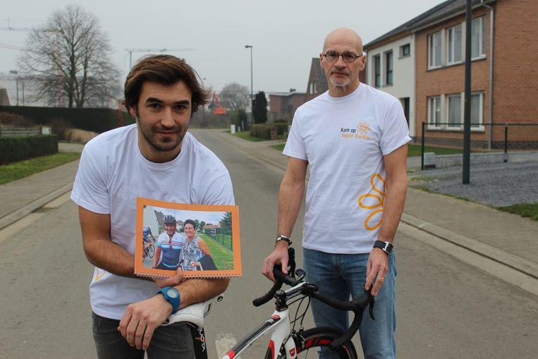 Zoon Jens Van de Veire en fietsvriend Luc Van Landeghem, bij de fiets en de foto van Luc Van de Veire.