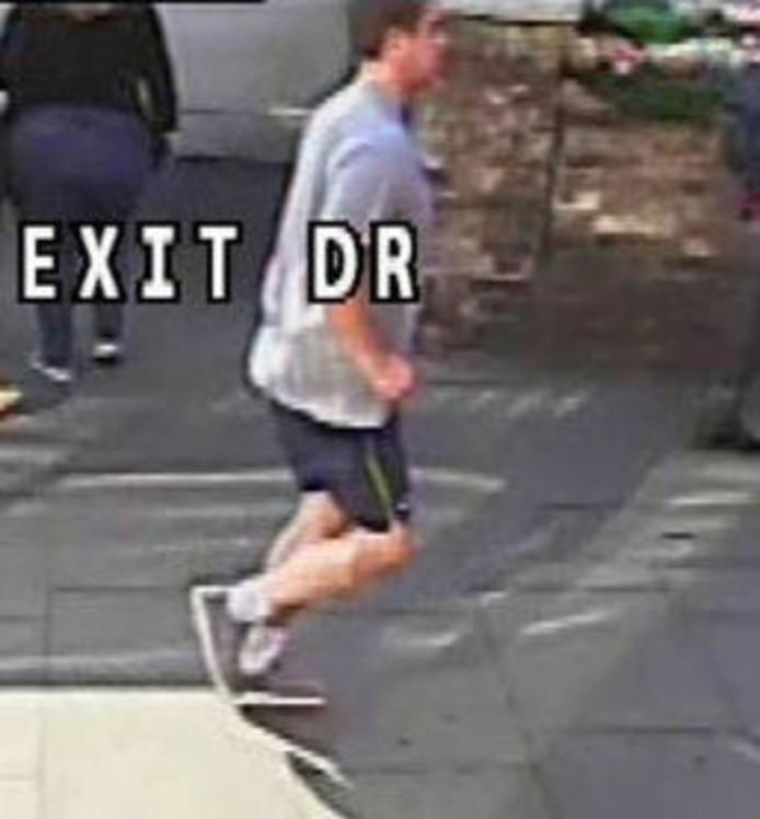 Het nieuwe beeld van de jogger die een vrouw voor een bus duwde in Londen.