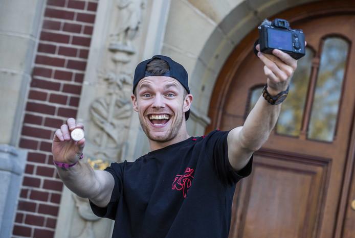 Enzo Knol signeert de eerste exemplaren van zijn eigen munt. De Koninklijke Nederlandse Munt heeft voor de vlogger een heuse Knolmunt geslagen.