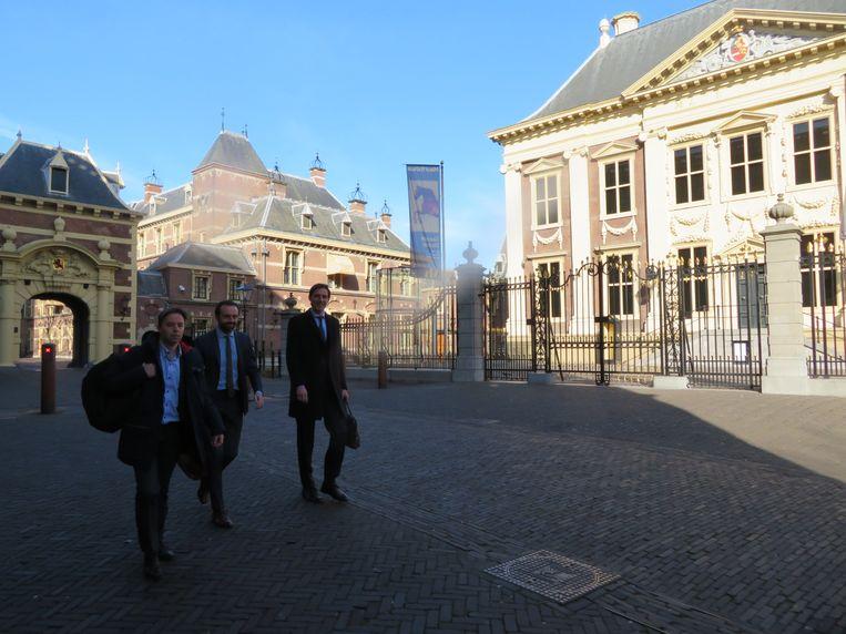 Hoekstra (rechts), op weg naar een dag vol debatten. Beeld