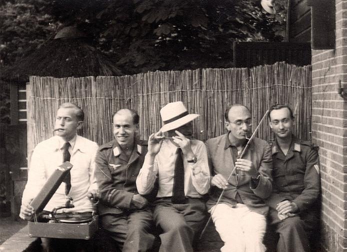 De twee Duitse soldaten te midden van Nederlandse vrienden: links Mels de Jong, naast hem Gerhardt, rechts Klemke.