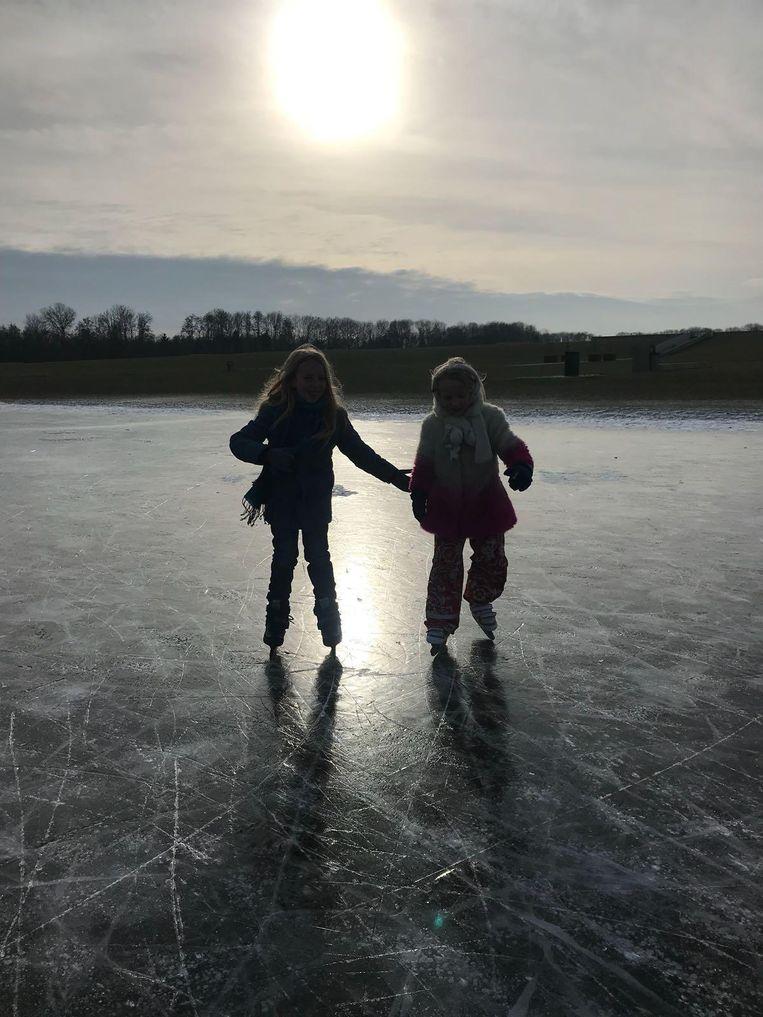 Er wordt volop geschaatst. Zo ook Bo en Lola, die schaatsten gisteren in de Tuinen van West in Nieuw-West op natuurijs. Beeld Joost van Hienen