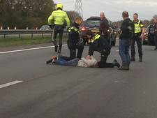 Politie rijdt auto klem op A1 bij Holten, 2 personen aangehouden