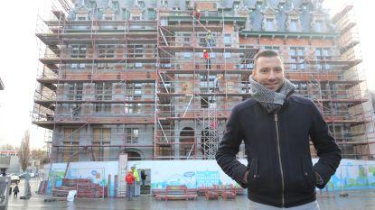 """Voorgevel Historisch Stadhuis na anderhalf jaar eindelijk weer zichtbaar. Halle denkt al aan volgende fase: """"Nieuwe achterbouw zal monument toegankelijker maken"""""""