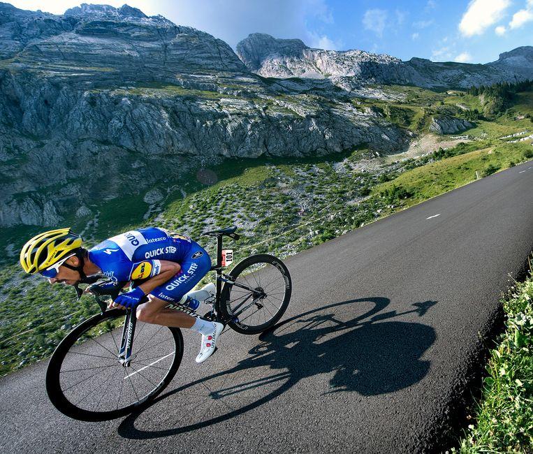 Julian Alaphilippe in de afdaling van Col de la Colombière op weg naar de winst in de etappe. Beeld Klaas Jan van der Weij / de Volkskrant