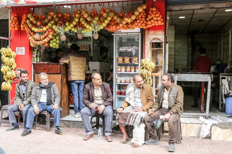 Een van de eethuisjes waar de Jemenieten in Cairo graag neerstrijken. Beeld Asmaa Waghui