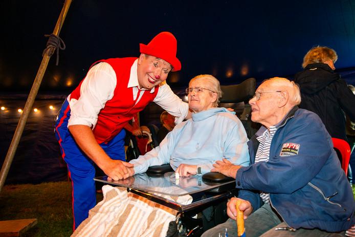 Clown Frenkie met Diny Goijarts en haar man Piet.