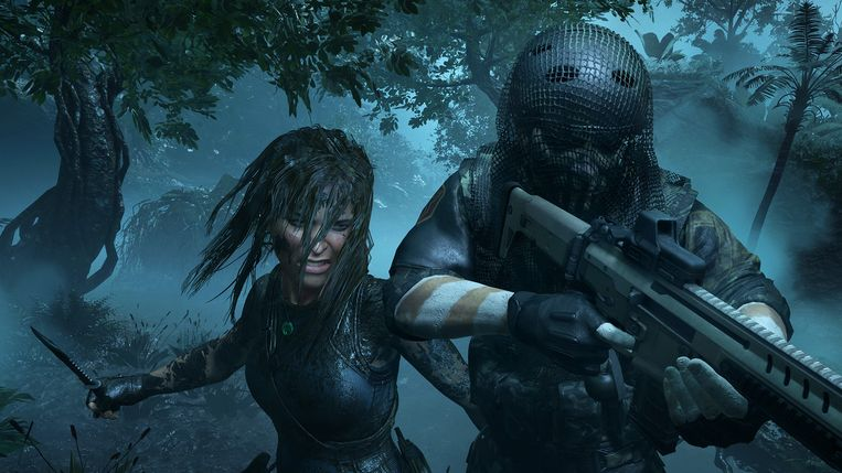 Een met modder gecamoufleerde Lara jaagt op haar prooi.