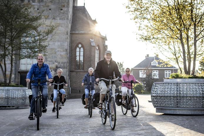 Diaken Jan Kerkhof Jonkman, met pet, gaat met groep van enkele fietsers op bedevaart naar Kevelaer.