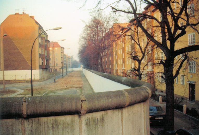 De Berlijnse Muur deelde hele wijken in twee: links Oost-Berlijn met de brede grensstrook, rechts van de muur West-Berlijn.