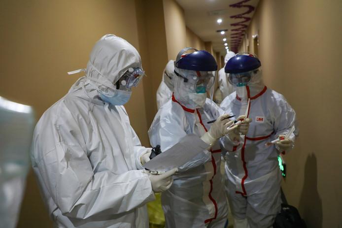 Onderzoekers in een tijdelijk als ziekenhuis gebruikt hotel in Wuhan.